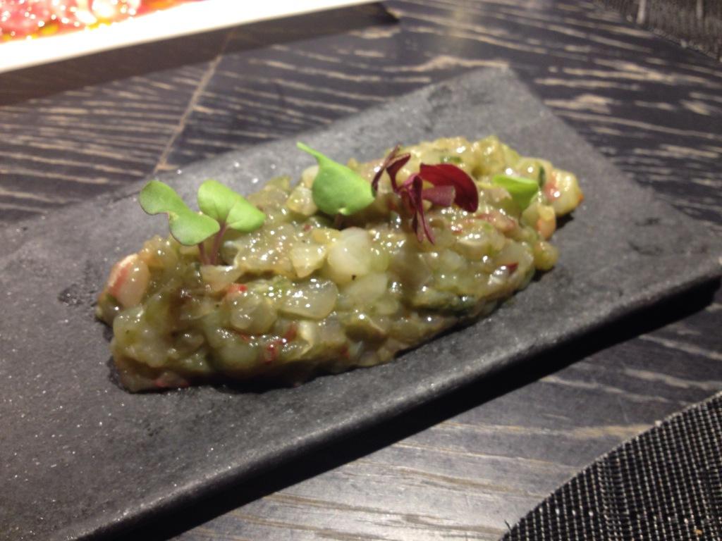 Tartar de Bogavante y pescado blanco con vinagreta de lima
