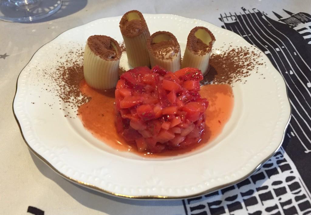 Pasta rellena de tiramisú con tartar de fresas