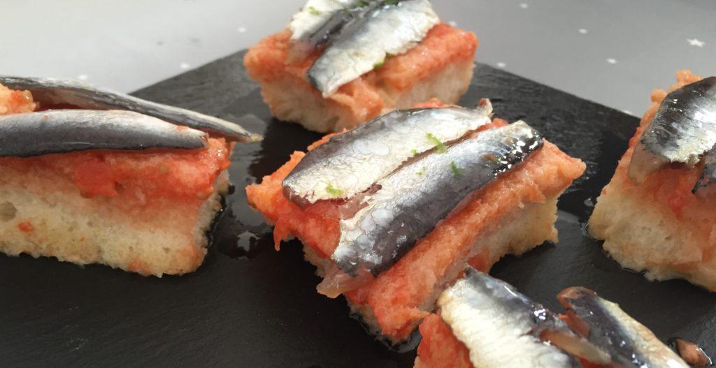 Torrijas de pan con tomate y sardinas